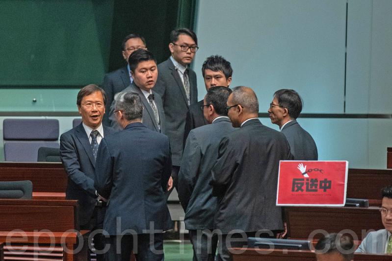 當林鄭步入會議廳時,民主派議員在會上高叫口號,公民黨郭家麒及民主黨鄺俊宇其後被主席梁君彥逐出會議廳。(李逸/大紀元)