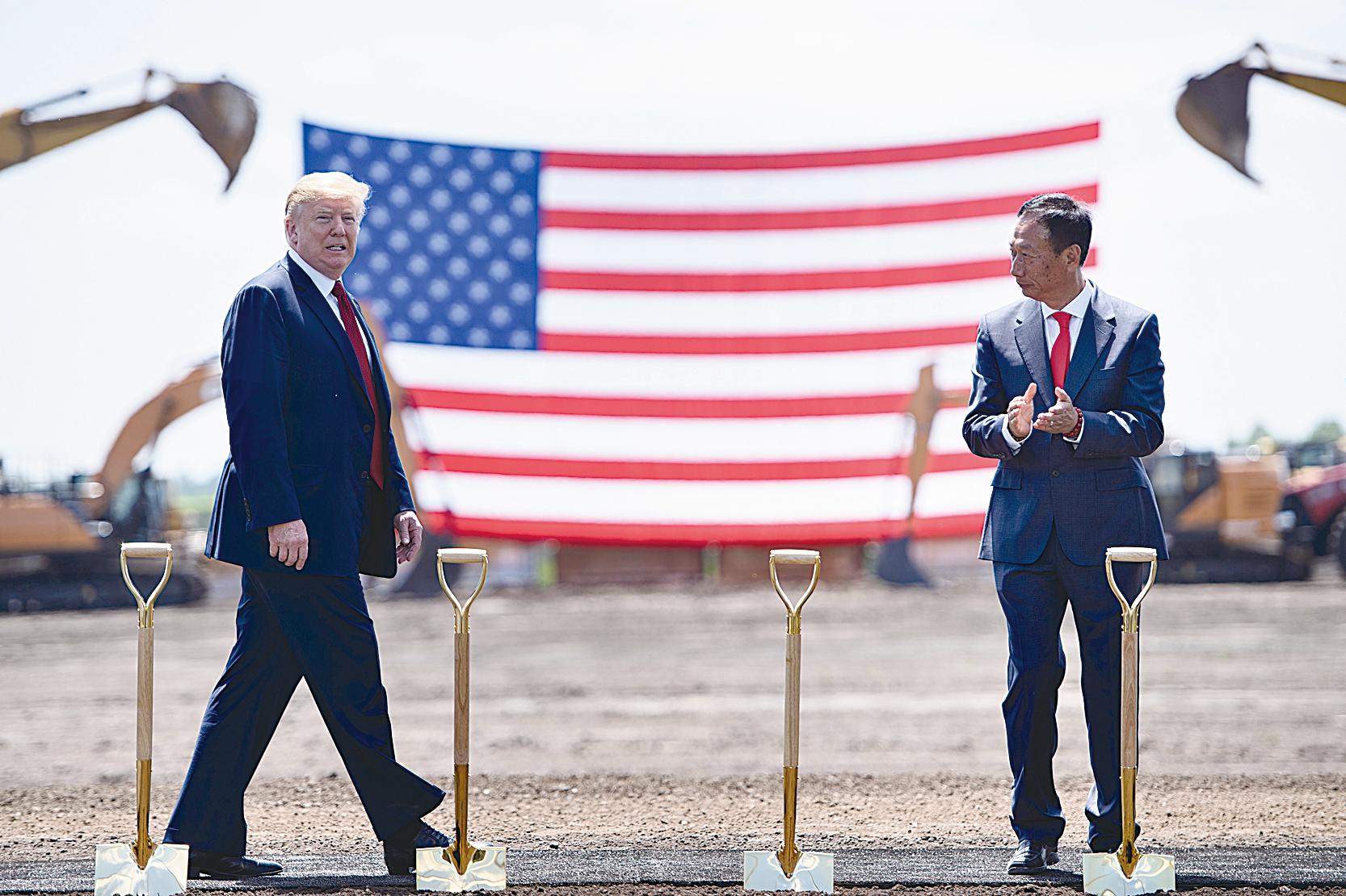 鴻海宣佈美國威斯康辛州廠將於明年底開始生產。圖為去年6月,美國總統特朗普(左)與鴻海集團董事長郭台銘(右)出席動土典禮。(AFP)