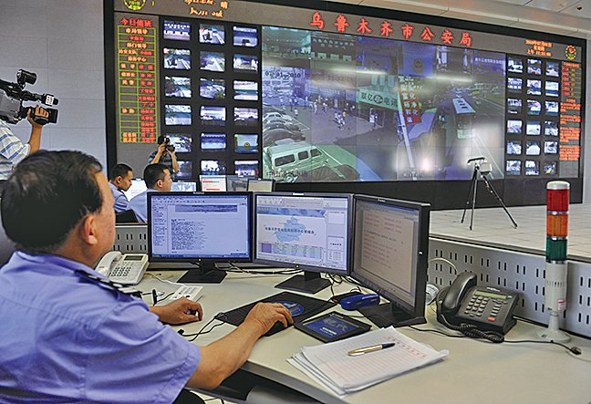 美國特朗普政府正在考慮將中國海康韋視公司(Hikvision)列入出口管制黑名單。圖為中共公安正在監視新疆烏魯木齊居民。(AFP)
