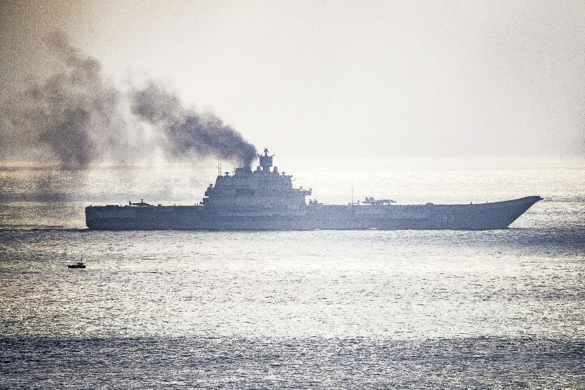 2016年10月,俄羅斯「庫茲涅佐夫號」航母被普京派往地中海,支援俄軍在敘利亞的行動。但  一路黑煙滾滾被全世界所嘲笑。(Getty Images)