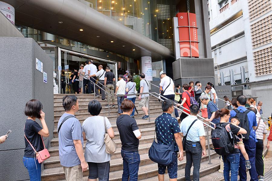 新一期「五九折」居屋及「白居二」23日起派表,大批市民在樂富的房委會客務中心排隊取表。(宋碧龍/大紀元)