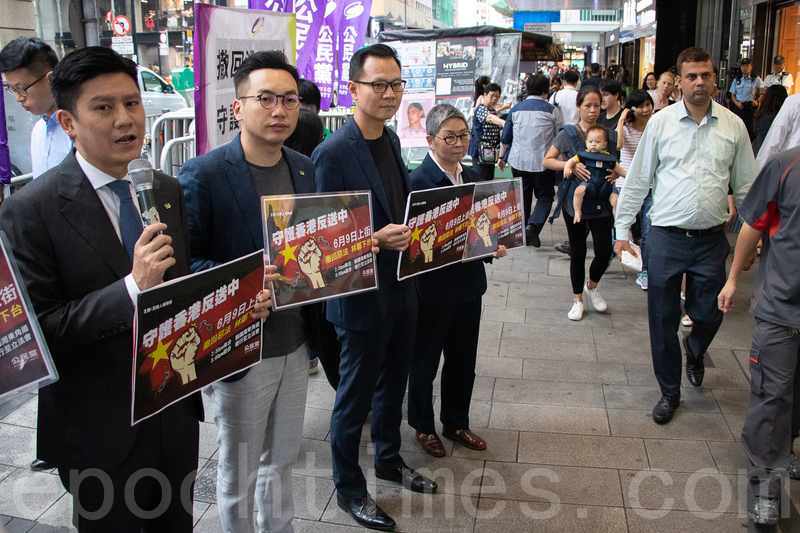 公民黨昨日在中環開設街站,呼籲中上班族參加民陣6月9日舉行的「反送中」遊行。(蔡雯文/大紀元)