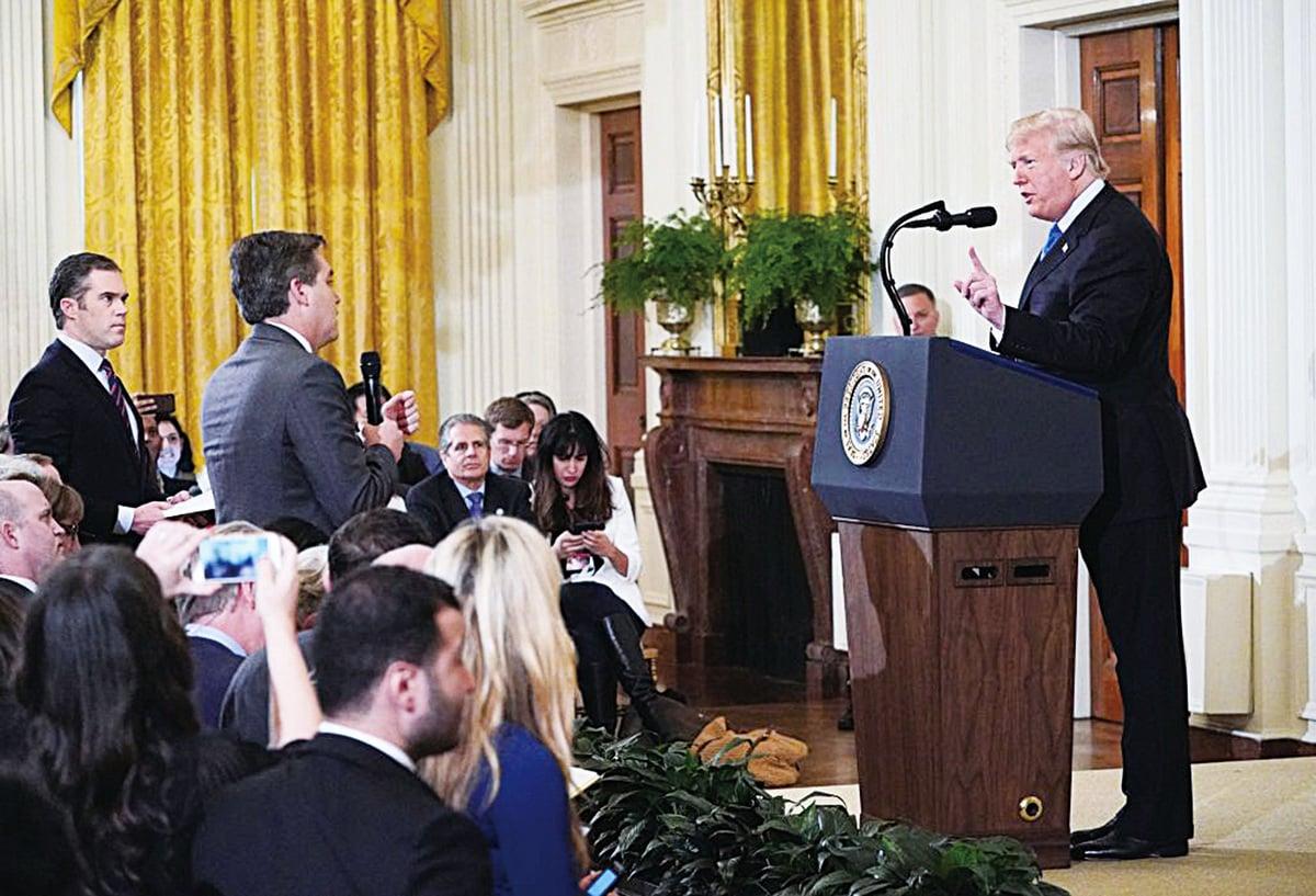 美國主流媒體放棄了客觀中立的原則,撒謊、扭曲事實,來抨擊自己不喜歡的政治人物。圖為去年末在白宮舉行的記者會上,CNN記者阿科斯塔(Jim Acosta)在其他記者提問的時候,仍然站起來搶問。(MANDEL NGAN/AFP/Getty Images)