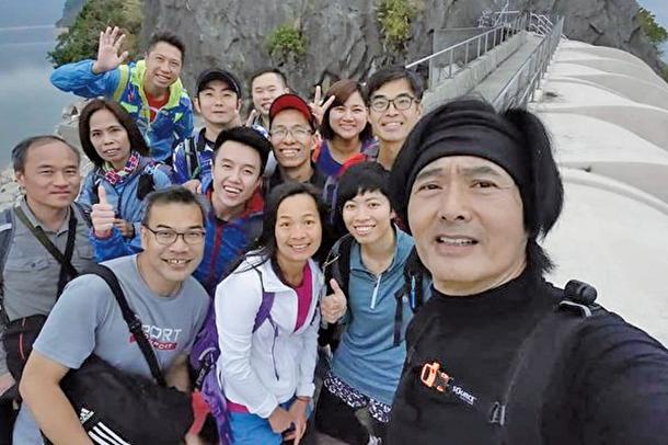 本港著名影星發哥亦喜愛爬山,親近大自然。發哥,他如常相約朋友一起去爬山,用簡單平淡的方式度過生日。(「爆廢公社二館」社團臉書)