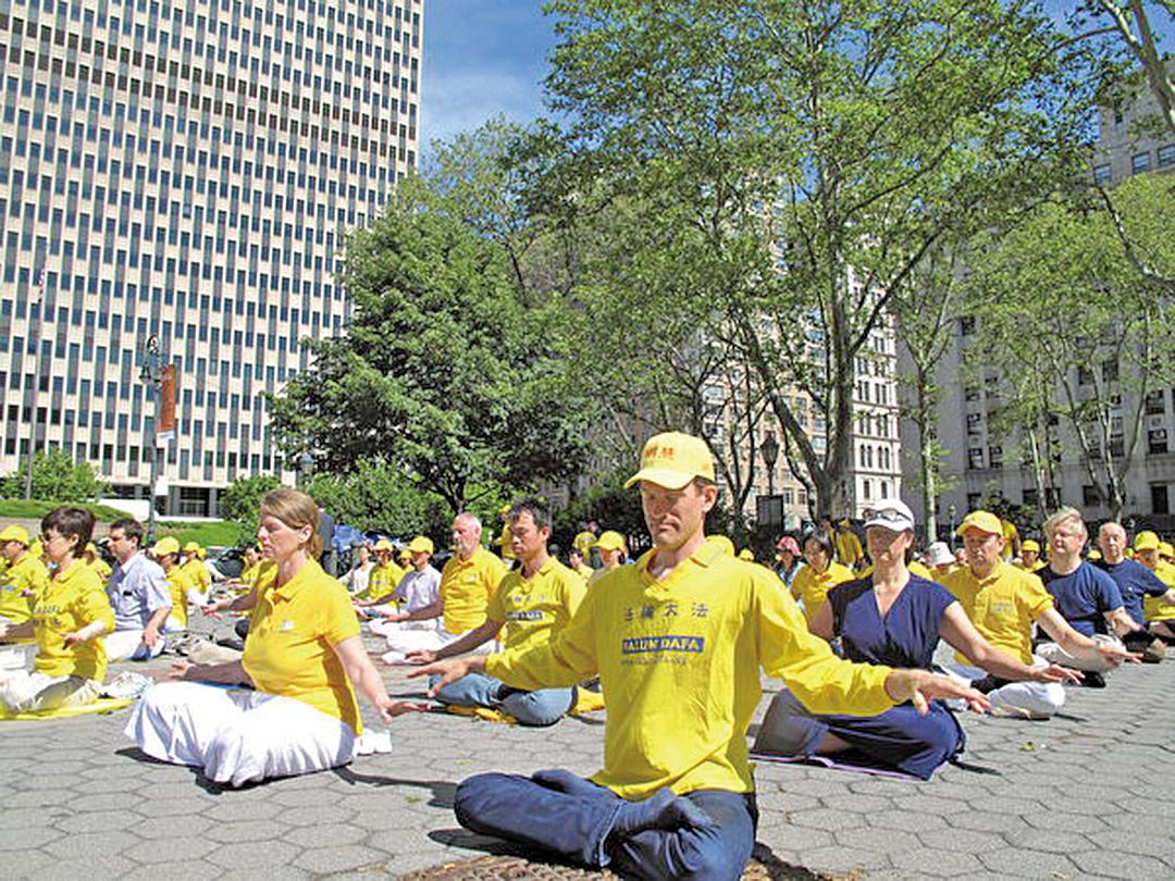 法輪功學員在紐約富利廣場展示功法。(明慧網)