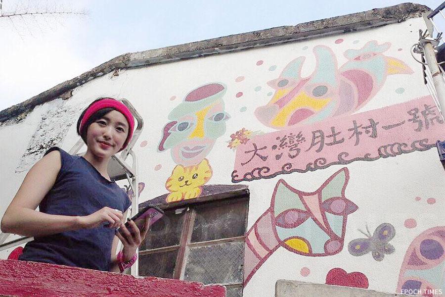 Cecila在2014年為南丫島獨居長者林伯粉飾外牆,埋下了她創辦社企助人的伏筆。「大灣肚村一號」的門牌十分搶眼,充滿童趣的壁畫成為了不少遊人的「打卡位」。(受訪者提供)