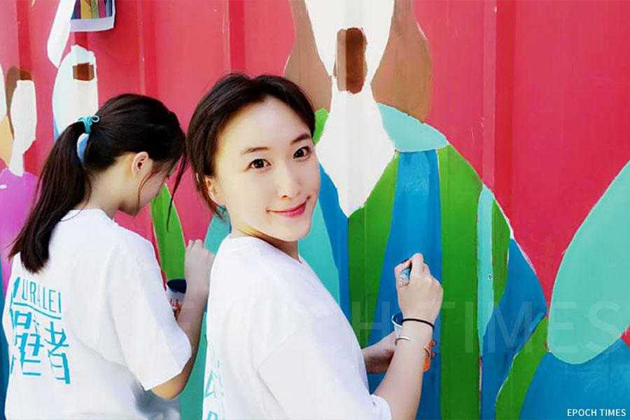 Cecila身為項目的創辦人之一,不少活動都親力親為。圖為Cecila到坪洲幫助長者粉飾牆壁。(受訪者提供)