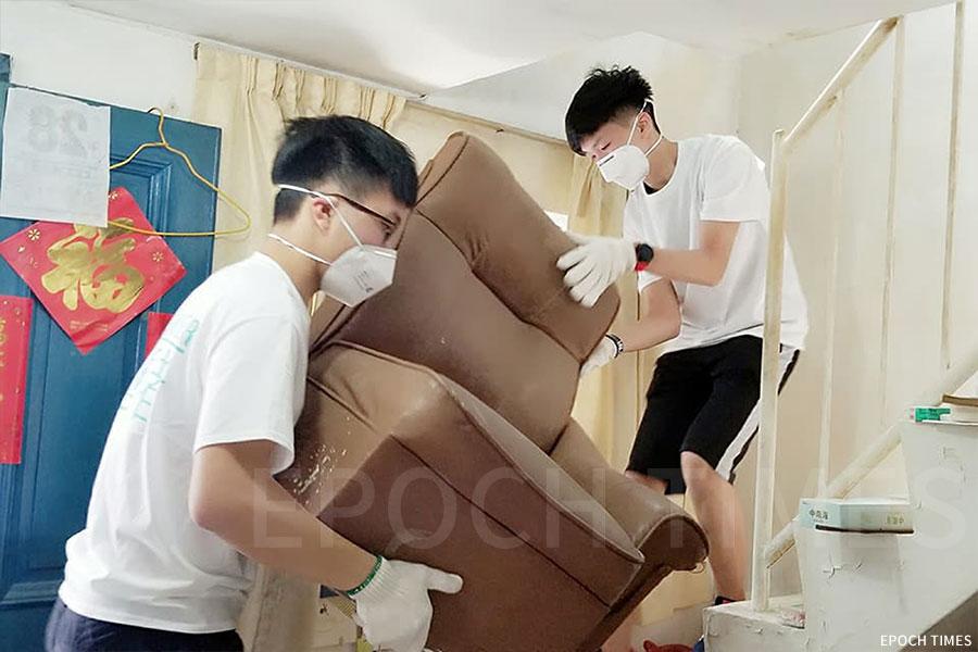 參與「飾壁者」項目的青少年,幫助長者整理房間、翻新牆壁。(受訪者提供)