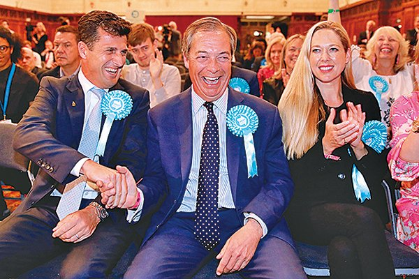 法拉杰領導的英國脫歐黨,得票拋離傳統兩大黨保守黨及工黨。(Getty Images)