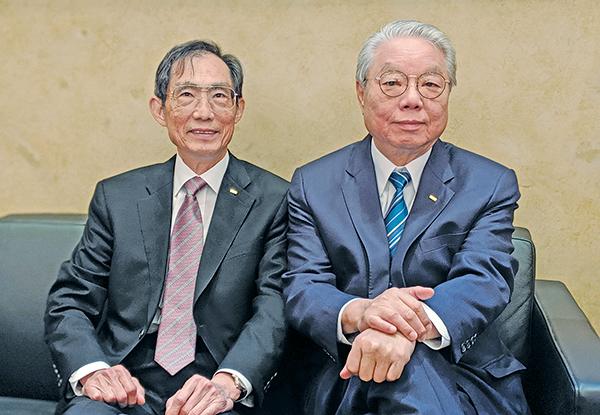 王氏港建董事長兼行政總裁徐應春(左)、主席王忠桐(右)。(黃曉翔/大紀元)