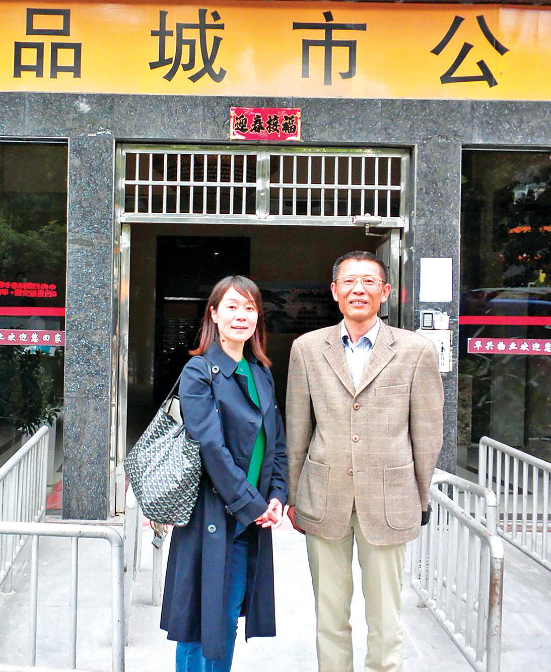 4月,朝日新聞社上海支局長宮島加菜子女士(左)專程到合肥,與安徽著名異見人士沈良慶(右)會面,進行訪談。(推特圖片)