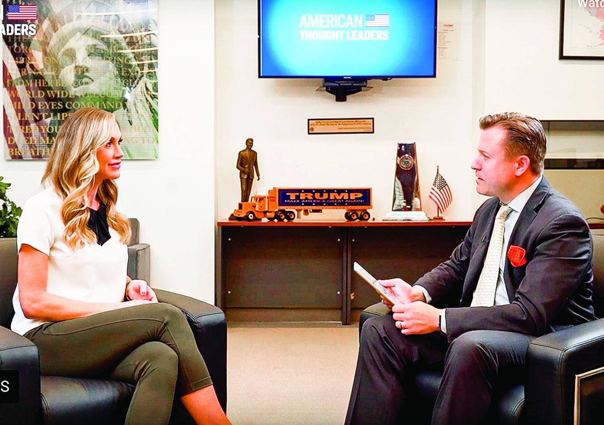 英文大紀元記者揚.耶凱利克(右)和特朗普二兒媳勞拉(左)在專訪中。(視頻截圖)