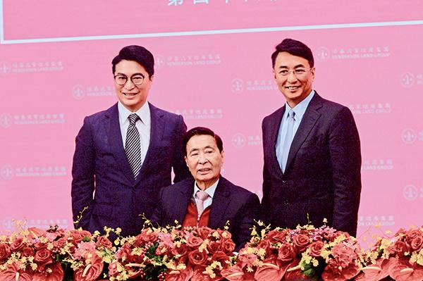 現年91歲的恒基兆業地產主席李兆基(中)昨宣佈退任主席兼總經理,交棒給兩個兒子。這也意味著香港四大地產家族都已世代更替。(宋碧龍/大紀元)