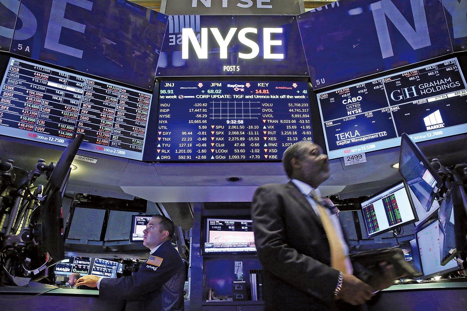 近一個月,217隻赴美國上市的中概股市值縮水2,353.57億美元,其中阿里巴巴縮水795億美元居首。圖為美國股市資料圖。(Getty Images)