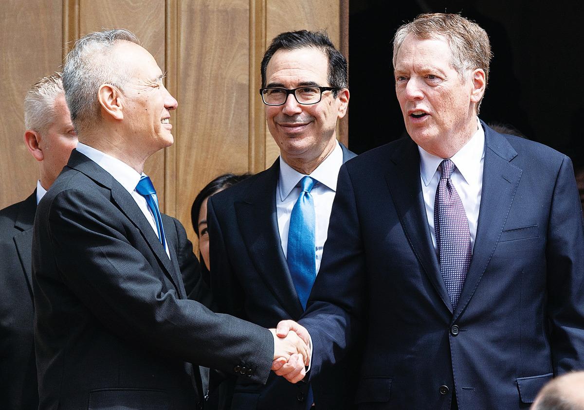 中國的有識之士指出,中國要走出貿易戰的困境,就要實施「三零」政策,即零關稅、零非關稅壁壘、零補貼,促進市場公平、良性的競爭。圖為今年5月10日,中國副總理劉鶴(左)到訪美國首都華盛頓,與美方貿易代表萊特西澤(右)、財長姆欽(中)進行貿易談判。 (Saul Loeb/AFP/Getty Images)