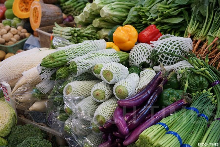 生果網是PE發泡膠,材質較柔韌,伸展性好,所以街市內的蔬菜、水果都是用它做包裝。(曾蓮/大紀元)
