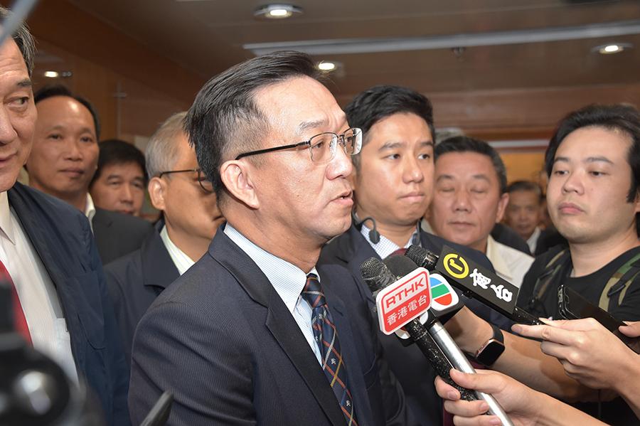 鄉議局主席劉業強(圖中)表示,今年至少有5人報名爭奪2名副主席職位。(郭威利/大紀元)
