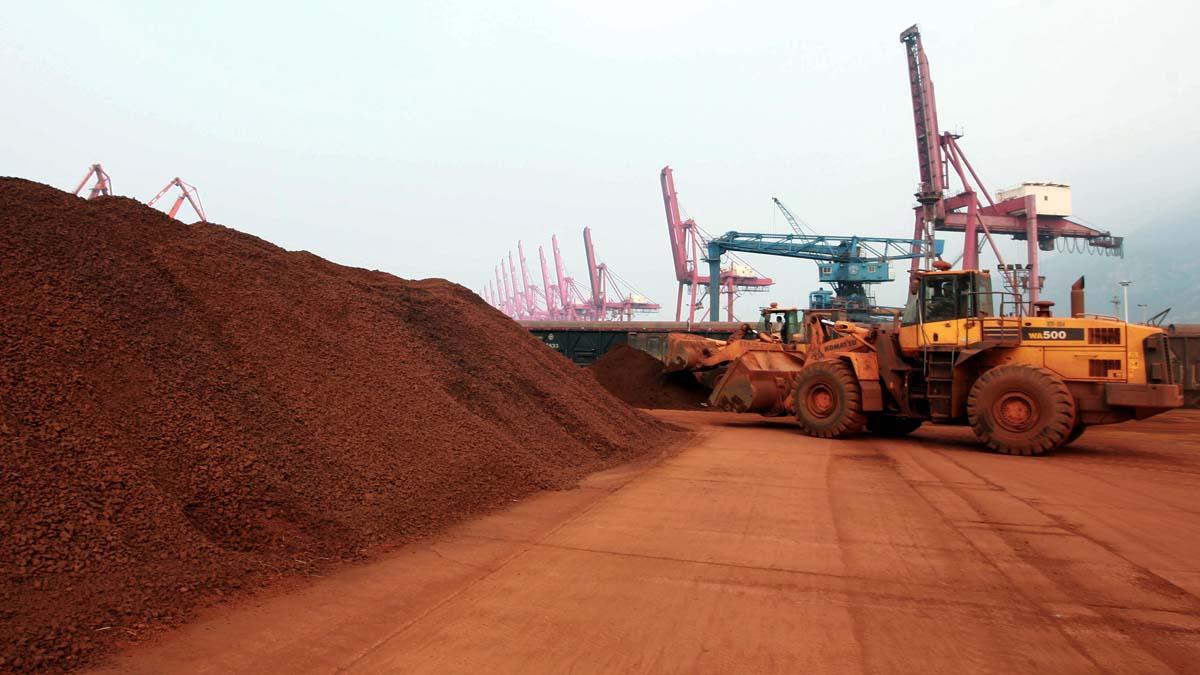 中共發改委威脅要跟美國打稀土戰。圖為中國連雲港港口準備出口的稀土礦。(STR/AFP/Getty Images)
