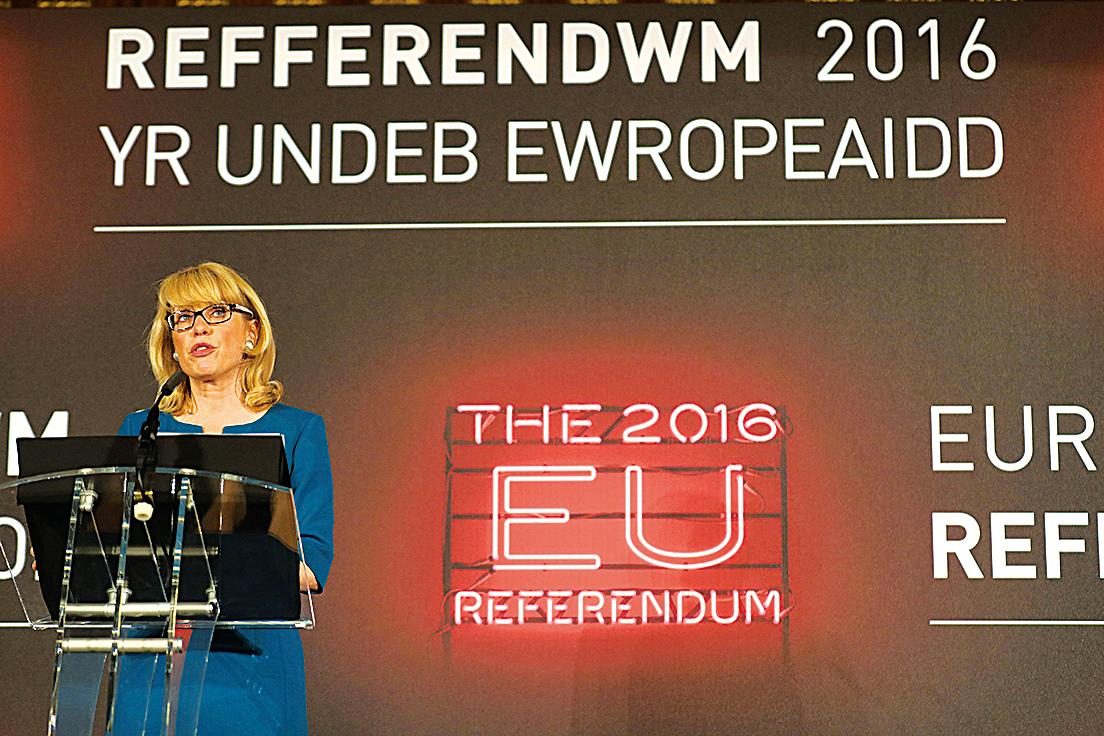 英國民眾用公投的方式選擇了脫歐。圖為英國選委會首席計票官珍妮•沃森24日上午在曼徹斯特市政廳宣佈,多數投票者支持英國「脫歐」。(Christopher Furlong/Getty Images)