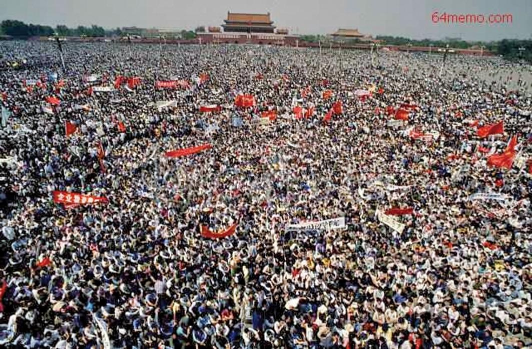圖為「六四」屠殺事件發生前,天安門廣場擠滿了抗議的人群。(網絡圖片)