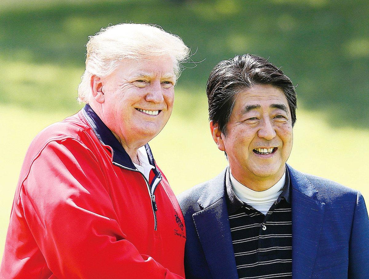 5月26日,到訪日本的美國總統特朗普(左)和日本首相安倍一起打高爾夫球。 (Kimimasa Mayama/Getty Images)