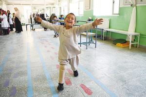 阿富汗男孩「與義肢共舞」 純真笑容感動全球網友