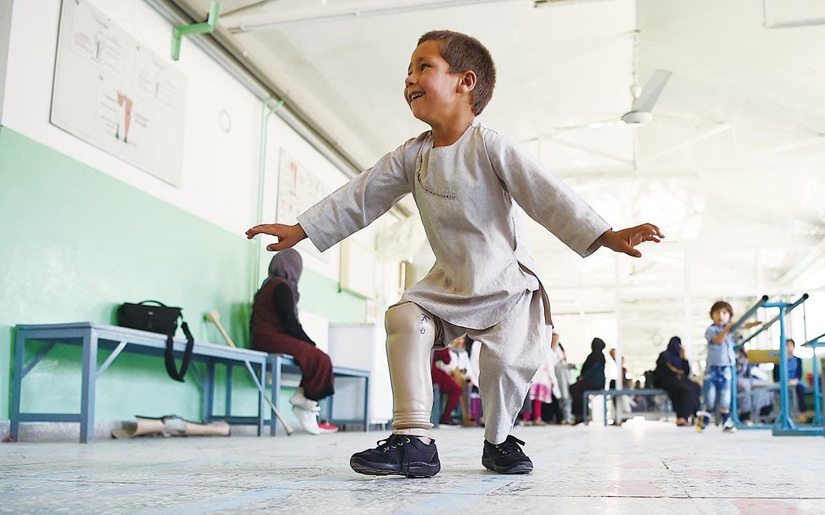 拉曼在更換新義肢後,開心地跳起了民族舞。他純真的表情感動了全球網友。(WAKIL KOHSAR/AFP/Getty Images)