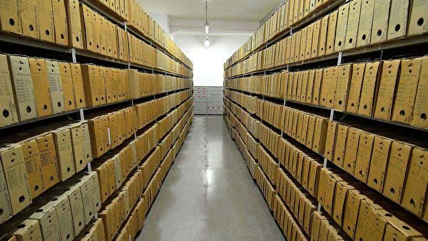 波蘭正在立法全面禁止傳播共產主義。圖為波蘭民族記憶學院舊館的檔案室,該學院成立於1998年12月,專門調查共產黨統治時代的政治迫害。(Adrian Grycuk/Wikimedia Commons)