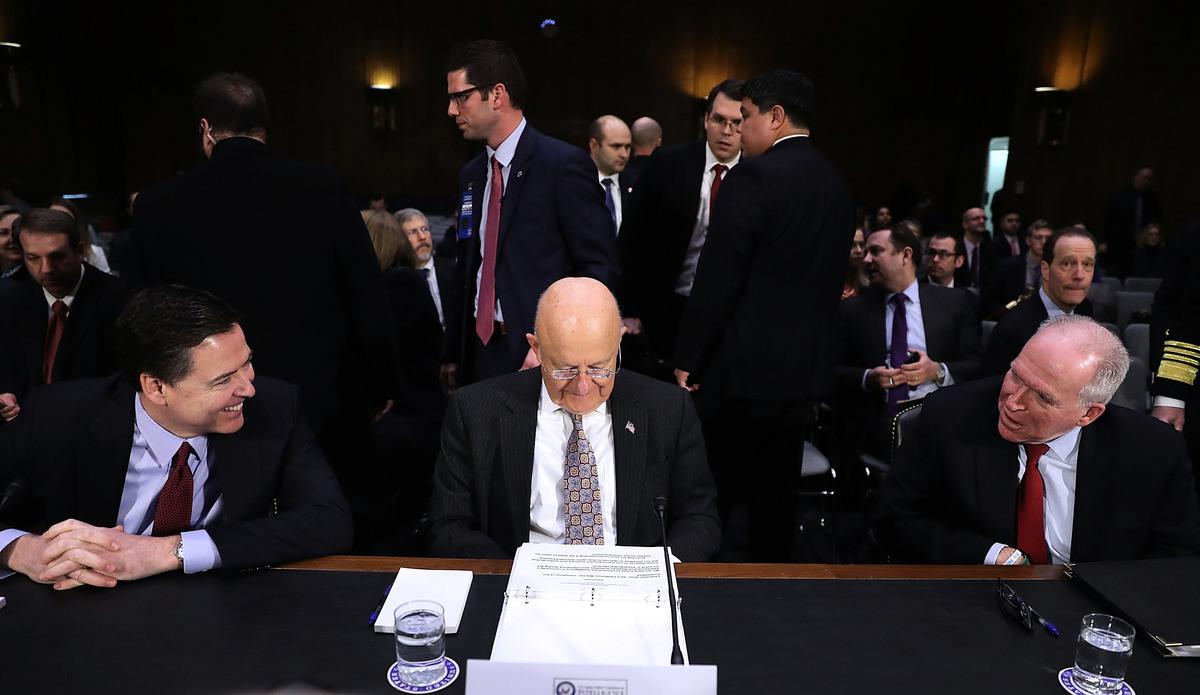 (左至右)前聯邦調查局(FBI)局長詹姆斯科米(James Comey)、前國家情報總監(Director of National Intelligence )詹姆斯克拉珀(James Clapper) 、前中央情報局(CIA)局長約翰布倫南(John Brennan)於2017年1月10日在參議院向參議院情報委員會作證。(Joe Raedle / Getty Images)。