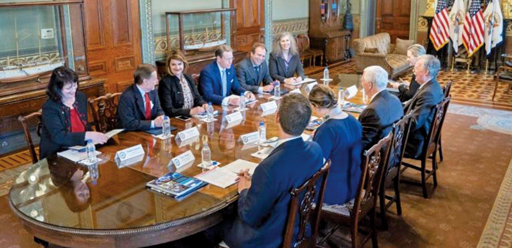 美國副總統彭斯會見美國國際宗教自由委員會(USCIRF)專員後,發佈推文表示,特朗普政府捍衛宗教自由,並配發會面照片。(USCIRF圖片)