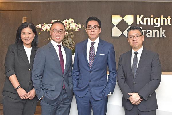 物業顧問萊坊執行董事林浩文(左二)預測,下半年香港樓價跌5%左右。(郭威利/大紀元)