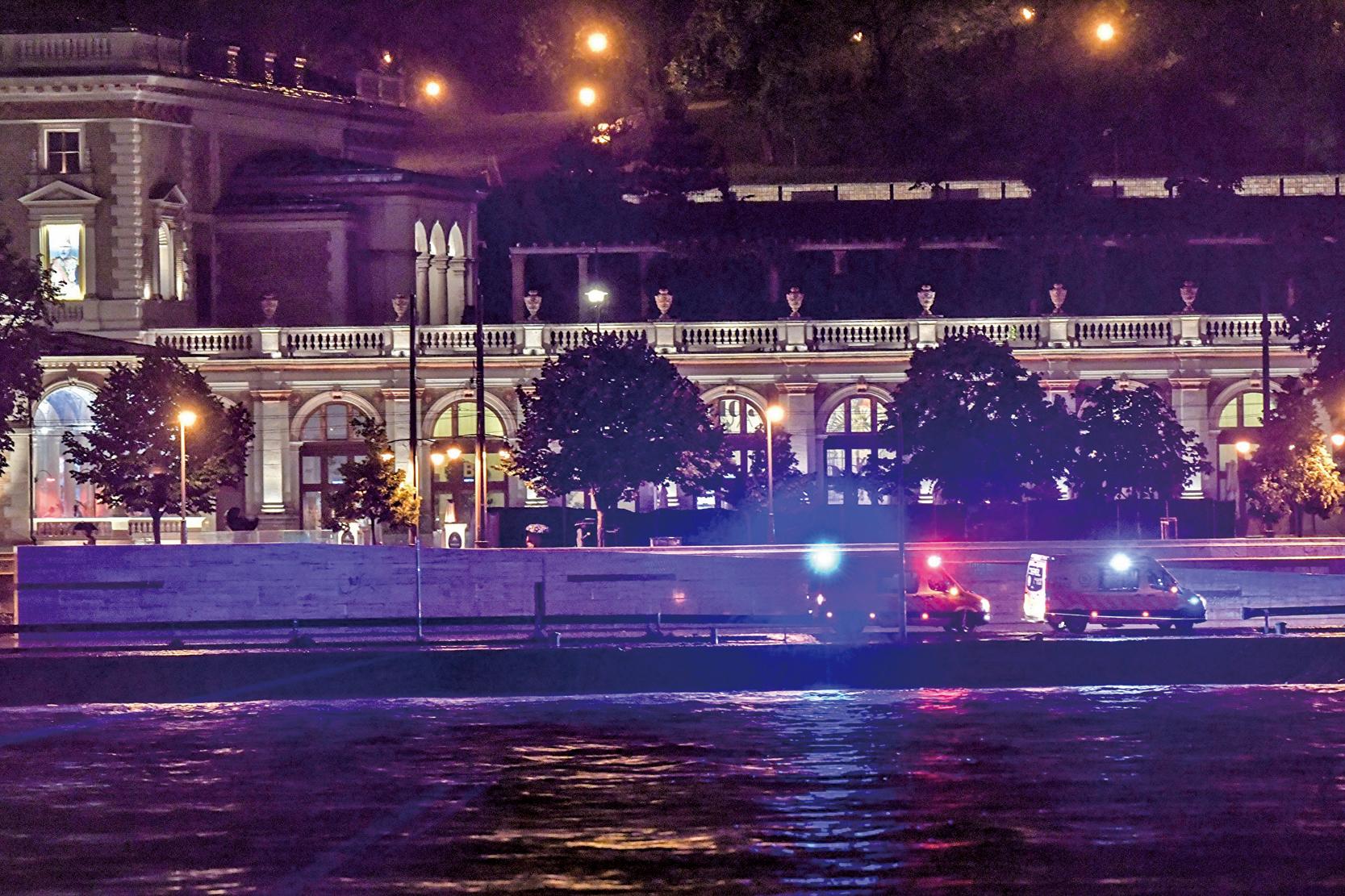 多瑙河上一載有南韓遊客的觀光船與另一船相撞。造成7人死亡、21人失蹤。圖為多瑙河沿岸的搜救隊伍。(AFP)