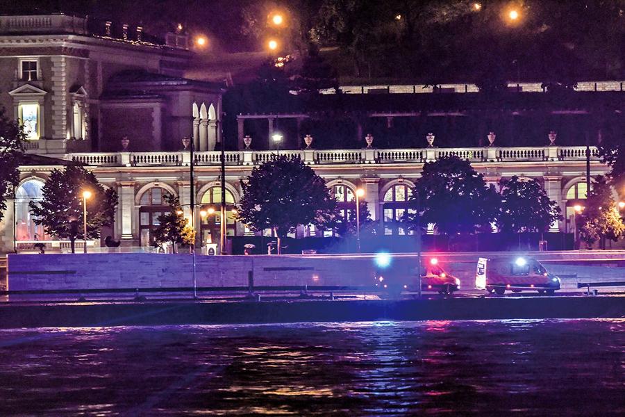 匈牙利多瑙河上兩船相撞