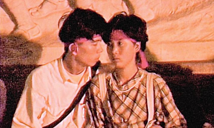 1989年6月4日,在天安門參加抗議的一對學生戀人。(Arthur Kent短片截圖)