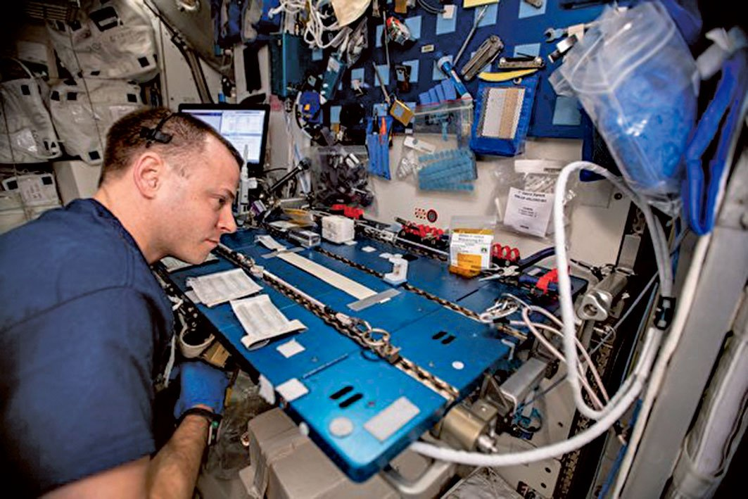 太空人Nick Hague在研究宇宙射線對基因的影響。(NASA)
