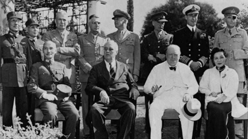 1943年開羅會議上,中華民國總統蔣介石(左)、美國總統羅斯福(中)、英國首相丘吉爾(右二)等人合照。(Fox Photos/Hulton Archive/Getty Images)