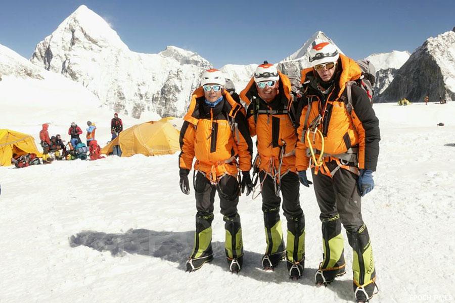 攀山隊隊長盧澤琛、副隊長張志輝及隊員黎樂基成功攀登珠穆朗瑪峰。(公關提供)