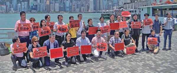 「 全港反送中聯盟」大約30名成員昨日中午在尖沙咀鐘樓海傍,手持多國語言的標語,反對引渡惡法。全球15 個城巿將於6月9日舉行遊行集會聲援香港。( 李逸/大紀元)