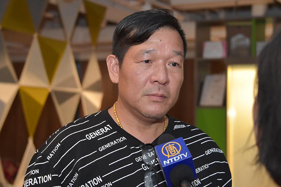 大陸新移民林先生感謝香港人堅持30年。(郭威利/大紀元)