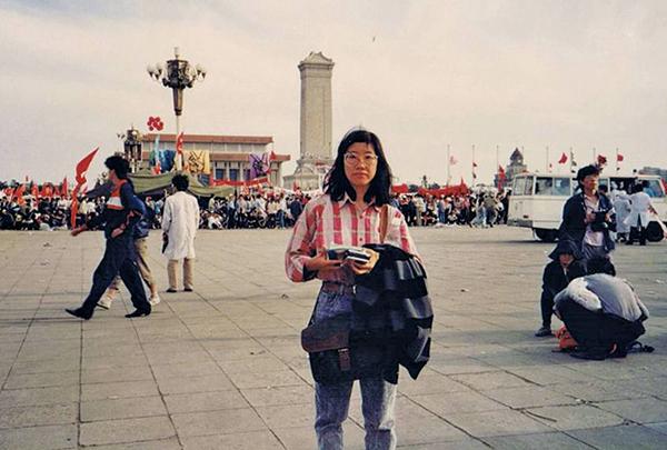 前《星島日報》記者蔡淑芳,六四時是最後撤出廣場的香港記者,與學生共同面對槍林彈雨。(蔡淑芳網誌)