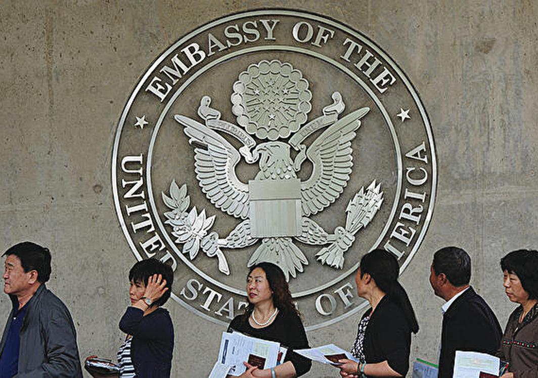 在美國駐華大使館排隊等待提交材料的簽證申請者。 (Getty Images)