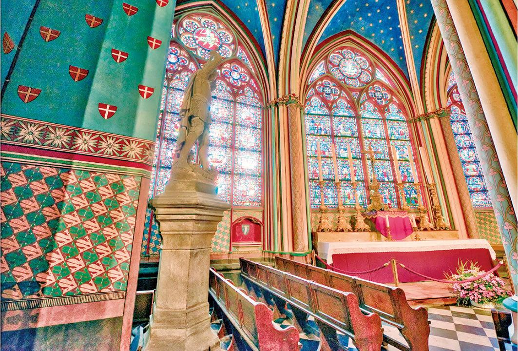 巴黎聖母院教堂內部的束柱和肋架拱頂裝飾華麗。(shutterstock)