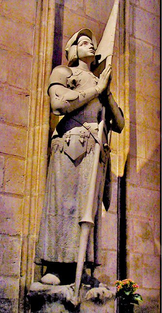 聖母院內部的聖女貞德雕像。1909年,教皇庇護十世在這裏為聖女貞德舉行了宣福禮。(Steven G. Johnson/Wikimedia Commons)