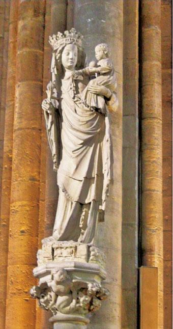巴黎聖母院耳堂中完成於14世紀的聖母子雕像。(Sailko/Wikimedia Commons)