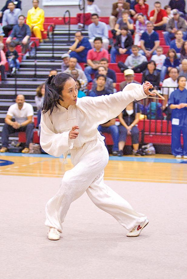 第二屆女子拳術組金獎得主宋瑩,演示通背拳。(戴兵/大紀元)