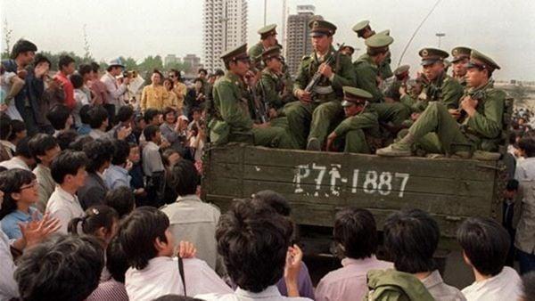 六四期間北京各個大學的大學生大遊行,並有市民隨著學生遊行,湧入天安門廣場。但在1989年6月4日凌晨遭中共動用坦克血腥鎮壓。示意圖(CATHERINE HENRIETTE/AFP/Getty Images)