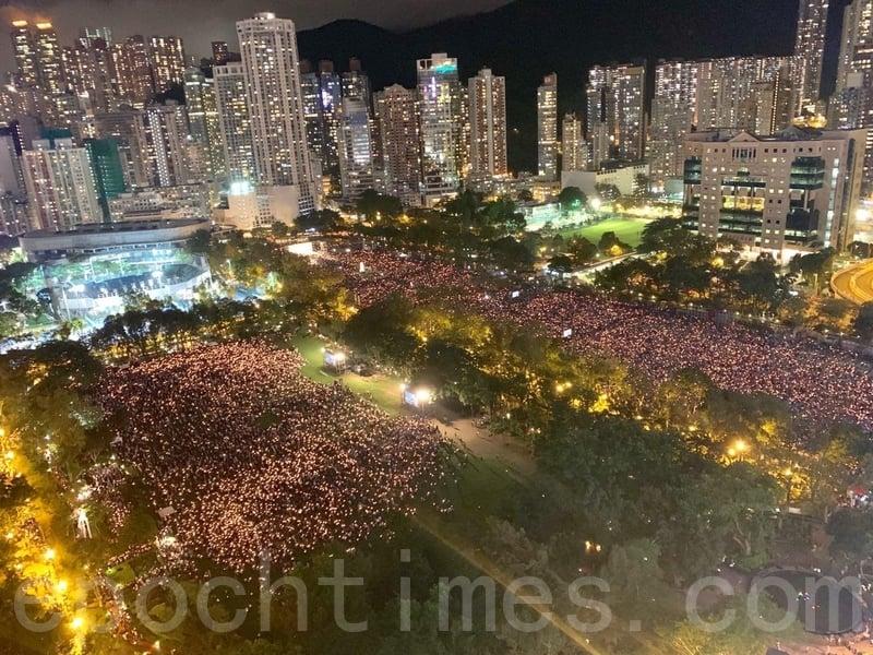 支聯會宣佈,有18萬人參加六四事件30周年燭光晚會,僅次於2009年的20萬人,創下2014年雨傘運動後新高。(李逸/大紀元)