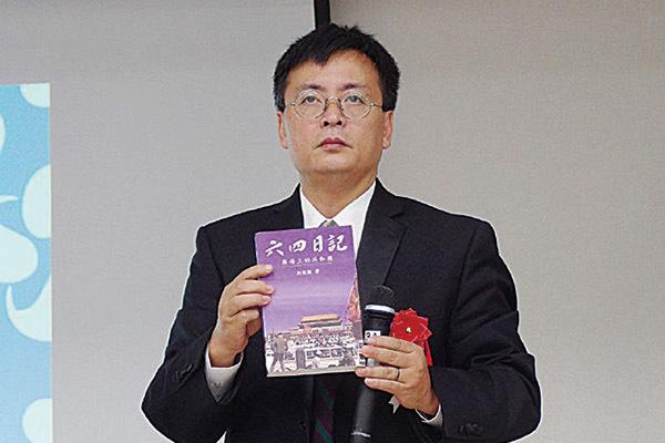 封從德介紹自己出版的《六四日記》,表示要持續對抗,直到中共政權崩潰。(張本真/大紀元)