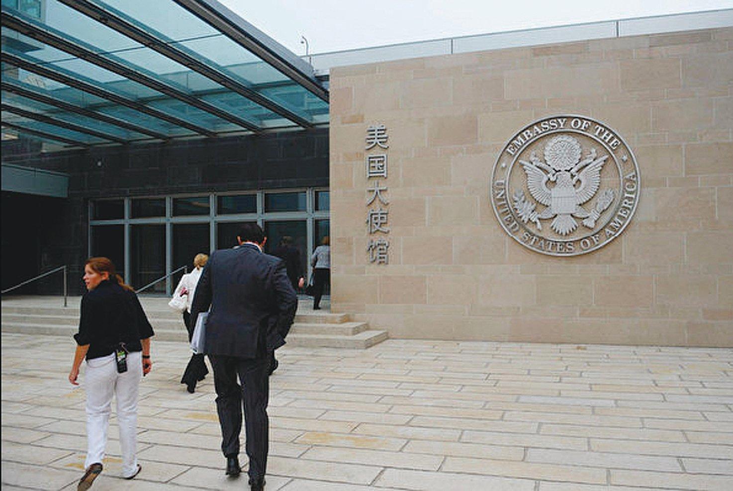 在中美貿易戰不斷升級之際,中共官方發佈赴美留學預警,引發熱議。圖為美國駐北京大使館正門。(Getty Images)