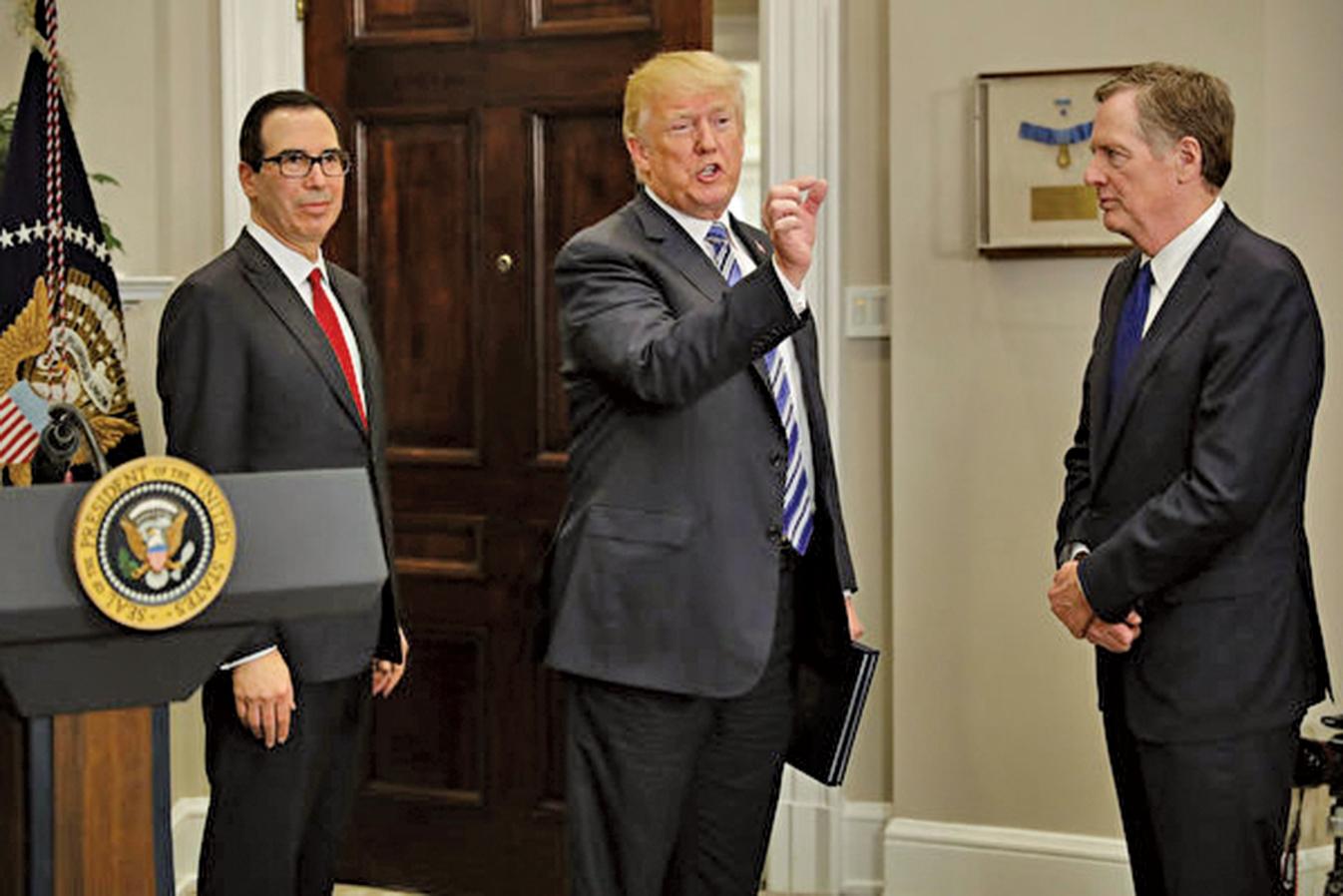 美國政府6月3日罕見發表聲明,回應中共白皮書。圖為美國總統特朗普和財政部長梅努欽(左)及貿易代表萊特希澤(右)。(Getty Images)